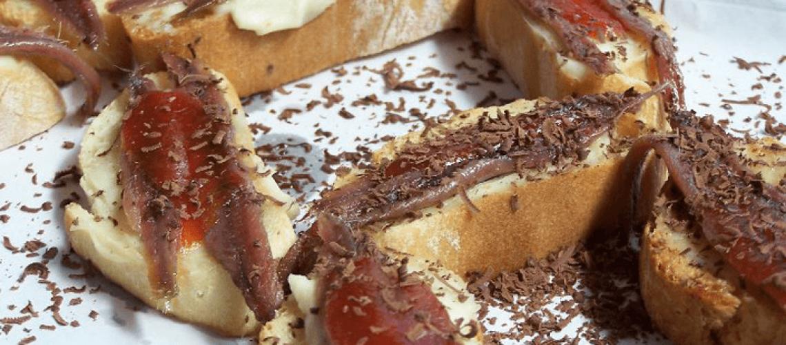 Montaditos con anchoas, mermelada de tomate