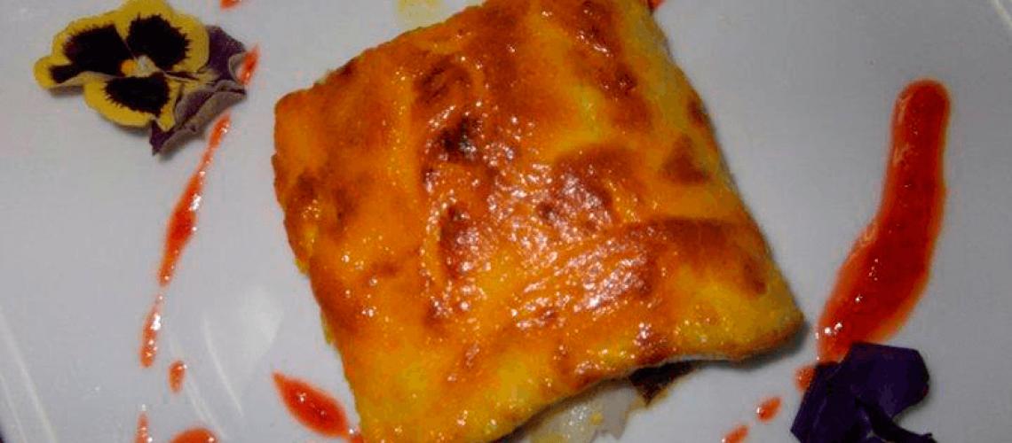 Bacalao gratinado al ajo quemado con pensamientos y mermelada de pimiento