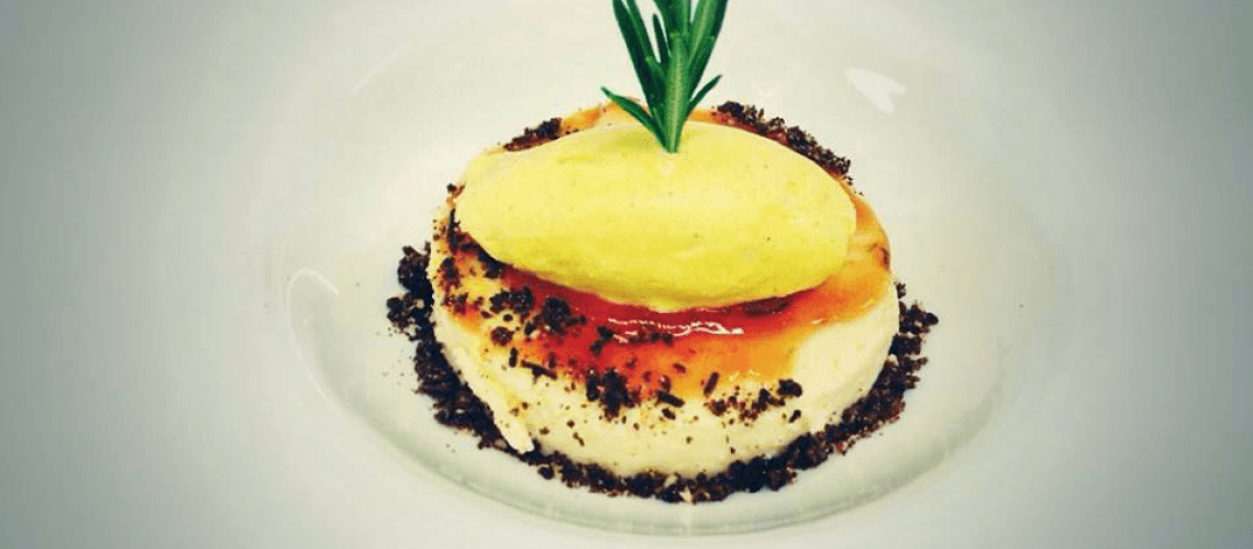 Tarta de queso con mermelada de tomate rosa